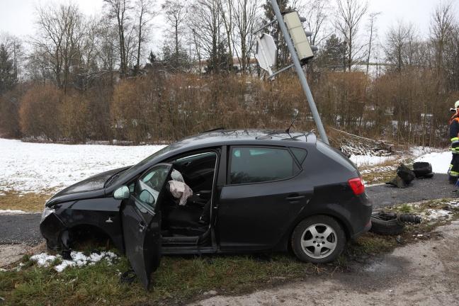 Verkehrsampel und Straßenbeleuchtung bei Verkehrsunfall in Thalheim bei Wels beschädigt | Foto: laumat.at/Matthias Lauber