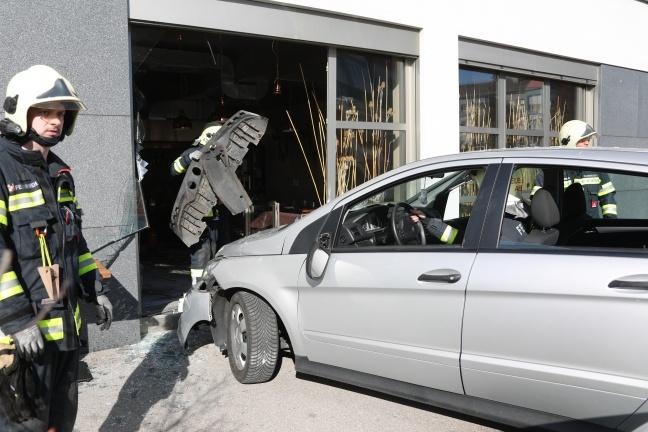 Auto landet bei spektakulärem Unfall in Asten vollständig in Restaurant | Foto: laumat.at/Matthias Lauber