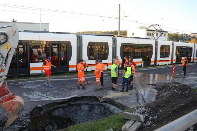 Straße und Straßenbahngleise in Leonding nach Rohrbruch abgesackt | Foto: laumat.at/Matthias Lauber