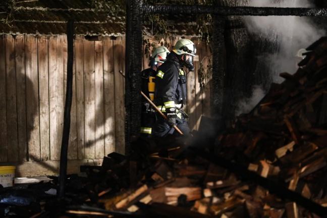 Drei Feuerwehren bei Brand einer Hütte in Schiedlberg im Einsatz | Foto: laumat.at/Matthias Lauber