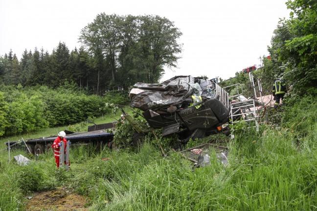 LKW bei Verkehrsunfall auf der Westautobahn in Ohlsdorf über Böschung gestürzt | Foto: laumat.at/Matthias Lauber
