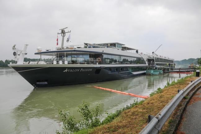 Kilometerlanger Ölteppich auf Donau sorgt für Einsätze der Feuerwehren   Foto: laumat.at/Matthias Lauber