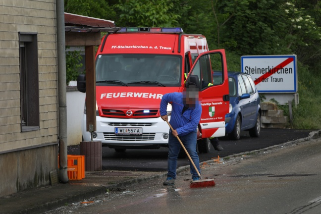LKW verlor während der Fahrt Kisten mit Glasflaschen | Foto: laumat.at/Matthias Lauber