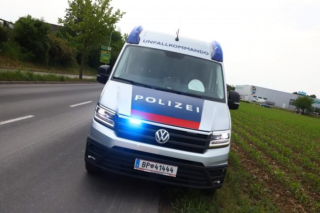 Autolenker kollidierte auf Radweg in Wels-Vogelweide mit Bäumchen | Foto: laumat.at/Matthias Lauber