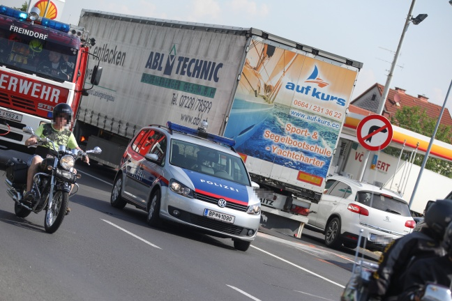 Auffahrunfall zwischen LKW und PKW in Ansfelden fordert eine Verletzte | Foto: laumat.at/Matthias Lauber