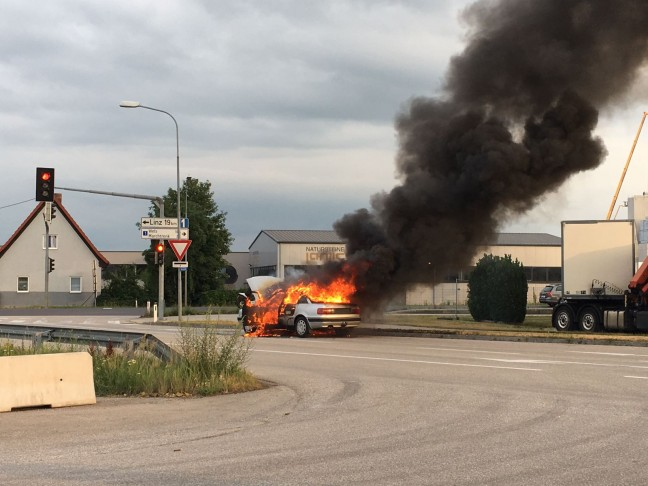 Auto in Marchtrenk während Fahrt in Flammen aufgegangen   Foto: laumat.at/Leserfoto