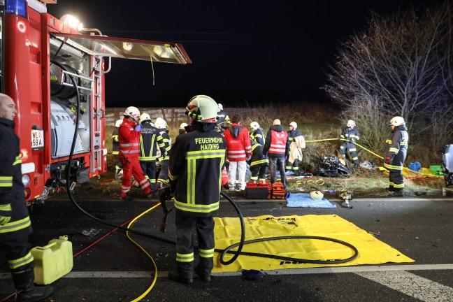 Autolenker (21) erlag nach schwerem Verkehrsunfall bei Krenglbach seinen schweren Verletzungen | Foto: laumat.at/Matthias Lauber