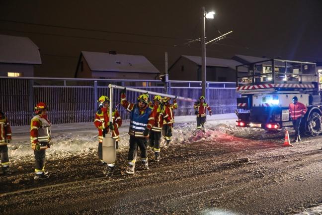Oberleitung der Straßenbahn bei Unfall mit Fahrerflucht in Pasching beschädigt | Foto: laumat.at/Matthias Lauber