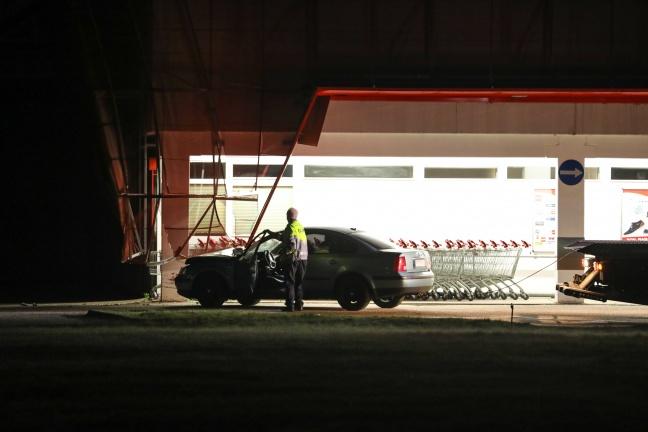 Auto kracht gegen Fassade eines Geschäftes in Wels-Pernau | Foto: laumat.at/Matthias Lauber