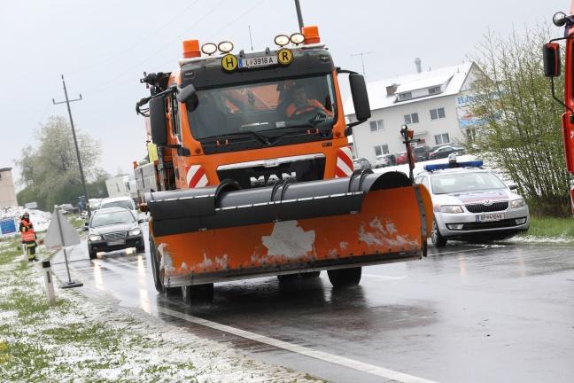 Auto kollidiert bei winterlichen Fahrverhältnissen in Sattledt frontal mit Traktor | Foto: laumat.at/Matthias Lauber