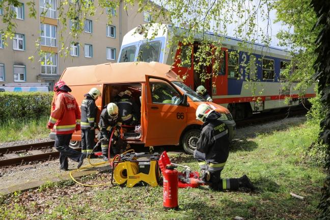 Kleintransporter auf Bahnübergang in Wels von Triebwagen der Almtalbahn erfasst | Foto: laumat.at/Matthias Lauber