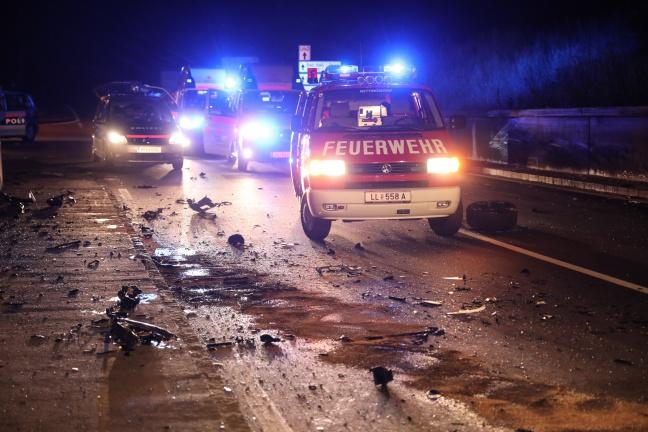 PKW-Lenker bei schwerem Crash mit Gefahrgut-LKW in Ansfelden im Auto eingeklemmt | Foto: laumat.at/Matthias Lauber