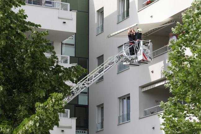 Feuerwehr sicherte beschädigte Sonnenmarkise vor starken Windböen | Foto: laumat.at/Matthias Lauber