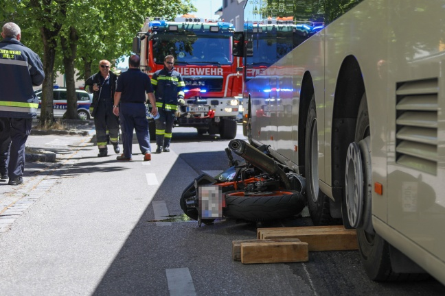 Junger Lenker unverletzt: Motorrad bei Unfall in Wels-Innenstadt unter Bus eingeklemmt | Foto: laumat.at/Matthias Lauber