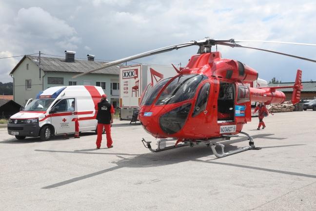 Notarzthubschrauber nach internem Notfall in Krenglbach im Einsatz | Foto: laumat.at/Matthias Lauber
