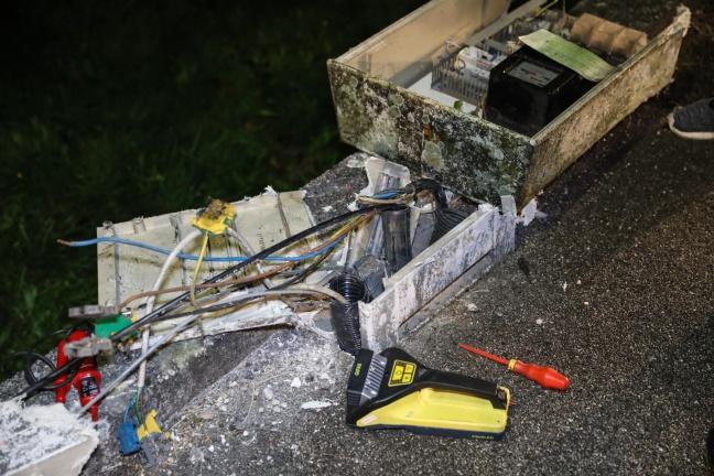 Auto stand nach Verkehrsunfall in Wels-Puchberg unter Strom | Foto: laumat.at/Matthias Lauber