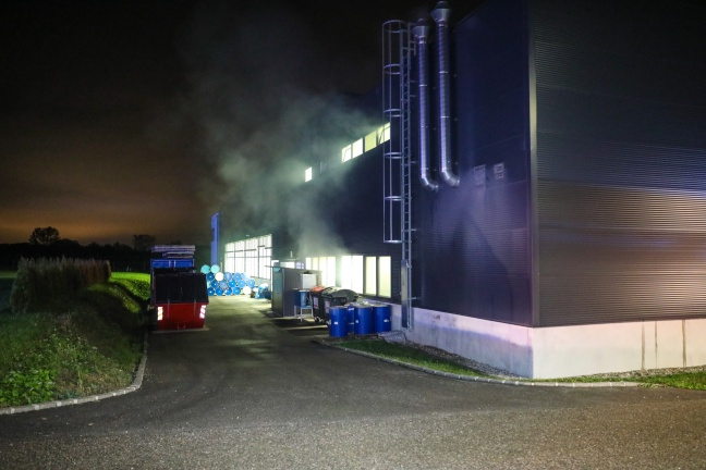 Drei Feuerwehren bei Brand in einem Gewerbebetrieb in Holzhausen im Einsatz | Foto: laumat.at/Matthias Lauber