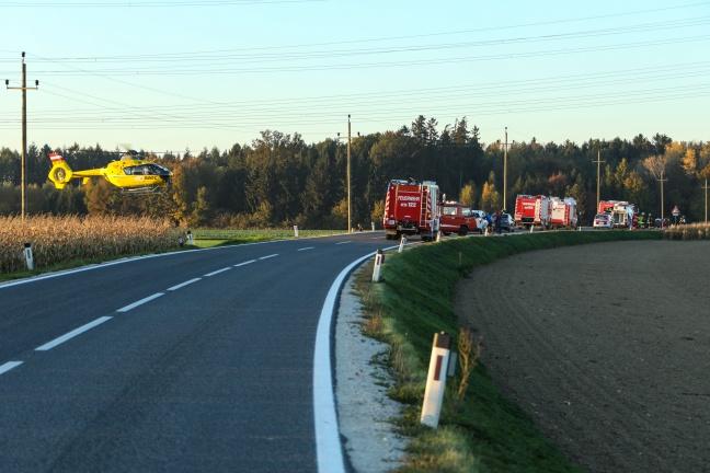 Drei teils Schwerverletzte bei Verkehrsunfall auf der Sierninger Straße in Schiedlberg | Foto: laumat.at/Matthias Lauber