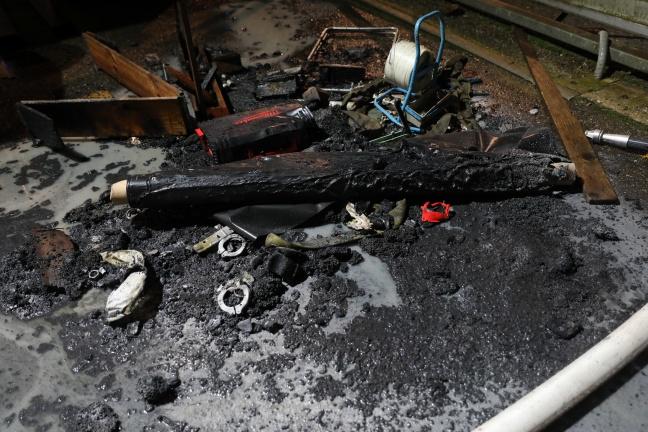Brand in einem Gewerbebetrieb in Pucking von Security-Mitarbeiter entdeckt | Foto: laumat.at/Matthias Lauber