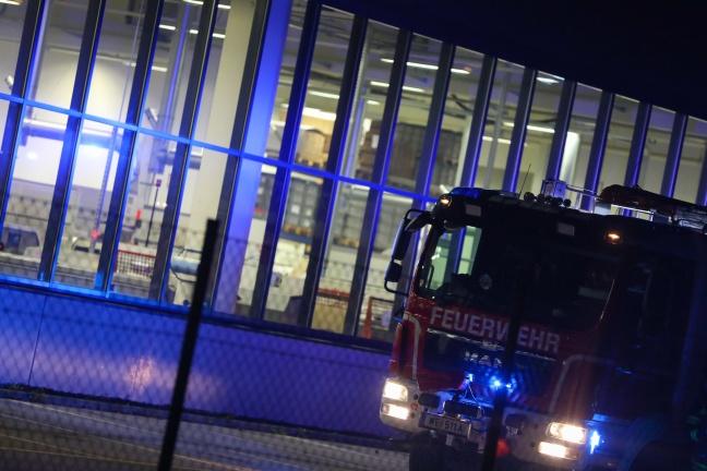 Brand in Produktionshalle in Wels-Waidhausen vor Eintreffen der Feuerwehr gelöscht | Foto: laumat.at/Matthias Lauber