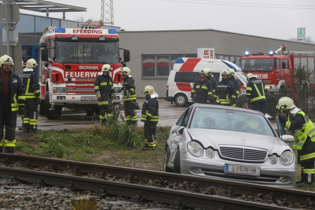 Auto kollidiert auf Bahnübergang in Hinzenbach mit Regionalzug | Foto: laumat.at/Matthias Lauber