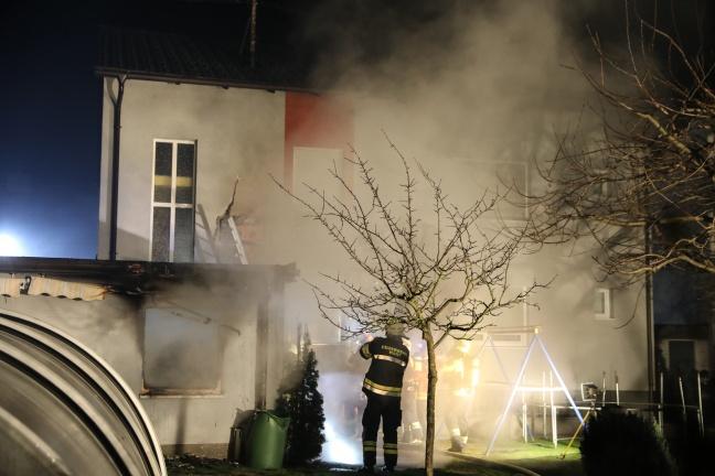 Nebengebäude und Fassade eines Hauses in Pasching in Brand   Foto: laumat.at/Matthias Lauber