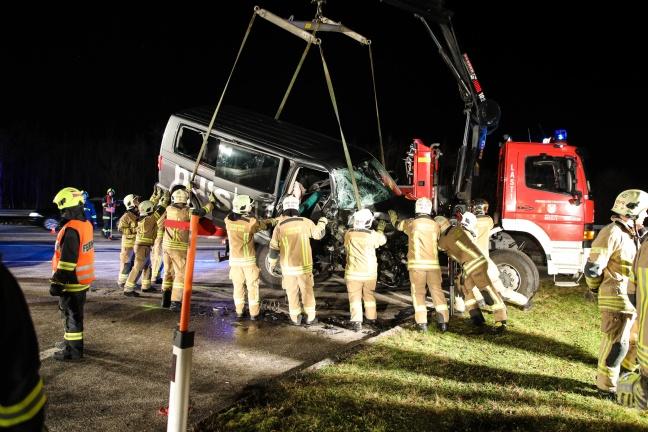 Schwerer Verkehrsunfall zwischen zwei Kleinbussen fordert zehn Verletzte | Foto: laumat.at/Matthias Lauber