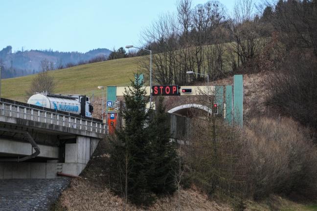 Drei Verletzte bei Verkehrsunfall auf der Pyhrnautobahn im Tunnel Kienberg   Foto: laumat.at/Matthias Lauber