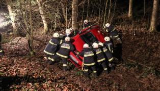 Auto bei Unfall in Hartkirchen über Böschung gestürzt