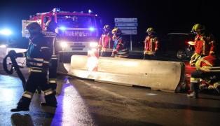 Kollision mit Betonleitelementen in Pasching endet mit drei schwer beschädigten Autos