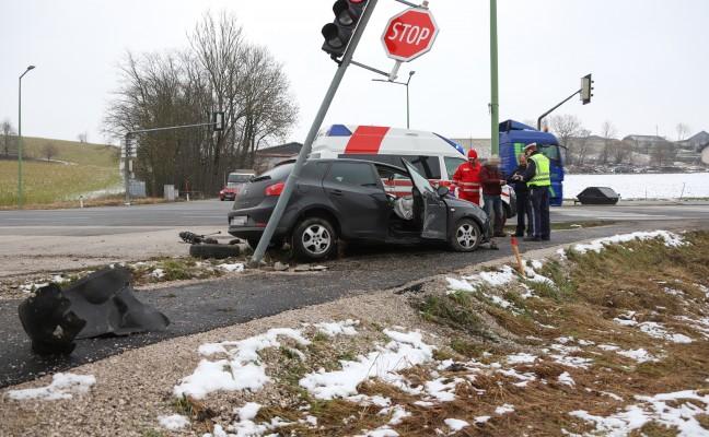 Verkehrsampel und Straßenbeleuchtung bei Verkehrsunfall in Thalheim bei Wels beschädigt