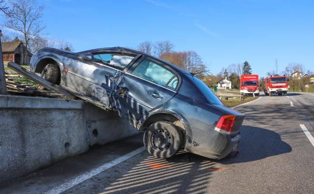 Autolenker bei Unfall in Waldneukirchen beinahe von Zaunpfahl aufgespießt