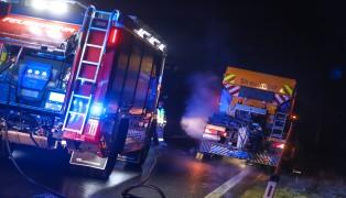 Stark überhitzte Bremse eines Streufahrzeuges auf Westautobahn bei Sattledt von Feuerwehr gekühlt
