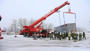 Kranfahrzeug der Feuerwehr bei schwieriger LKW-Bergung in Hinzenbach im Einsatz