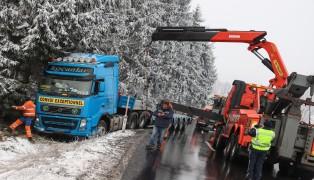 LKW landete auf Wallerner Straße in Wallern an der Trattnach im Straßengraben