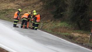 Massive Ölspur durch Fischlham sorgt für Einsatz der Feuerwehr