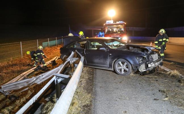 Auto kracht auf Pyhrnautobahn in Wartberg an der Krems gegen Leitschiene