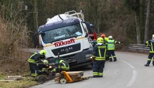 Schwierige Bergung eines Silo-LKW samt Anhänger in Niederthalheim