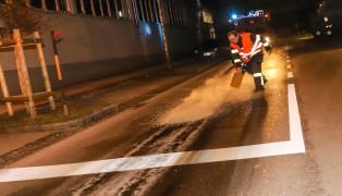 Intensive Ölspur quer durch Wels sorgt für langwierigen Einsatz der Feuerwehr