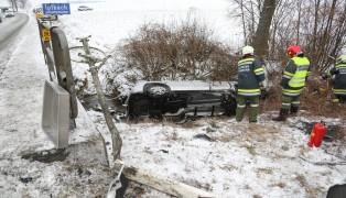 Auto von Wolferner Straße abgekommen und im Ipfbach gelandet