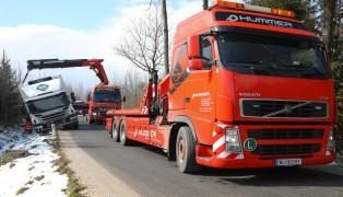 LKW landet nach Ausweichmanöver auf schmaler Straße bei Sipbachzell im Straßengraben