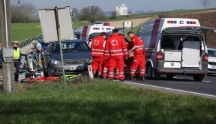 Rennradgruppe kollidiert bei Sturz in Wels-Puchberg mit Auto - Vier teils Schwerverletzte