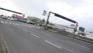 Handtasche einer PKW-Lenkerin bei Marchtrenk während Fahrt aus Auto geraubt