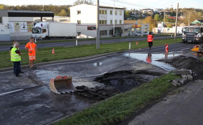 Straße und Straßenbahngleise in Leonding nach Rohrbruch abgesackt