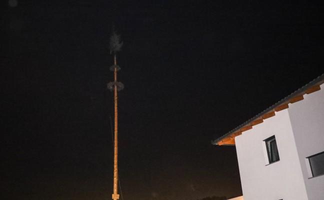 Kranz eines Maibaums in Krenglbach in Brand geraten