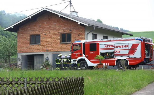 Feuerwehr bei Rauchentwicklung und überhitztem Ofen in Wohnhaus in Atzbach im Einsatz
