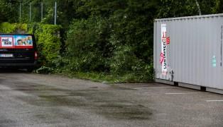 Auto kracht auf Parkplatz in Ried im Innkreis gegen Container