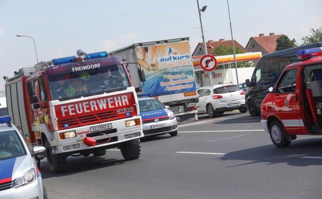 Auffahrunfall zwischen LKW und PKW in Ansfelden fordert eine Verletzte
