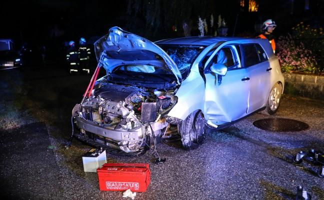 Auto kollidierte in Buchkirchen während Gewitter mit Mauer