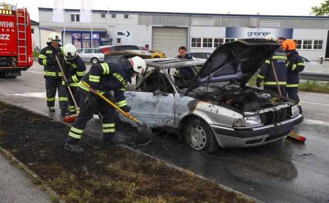 Auto in Marchtrenk während Fahrt in Flammen aufgegangen
